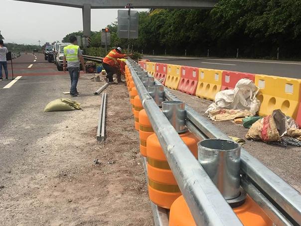 公路旋转波形护栏安装